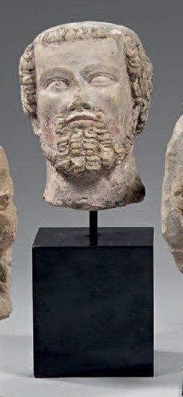 Belle tête d'homme en pierre sculptée, trace...
