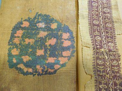 Trois fragments d'ornements de tunique et...