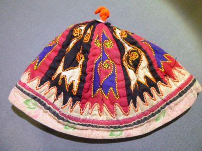 Châle brodé et bonnet en coton, Asie centrale...