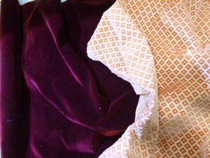 Cinq coupons de velours mohair gaufré, coloris...