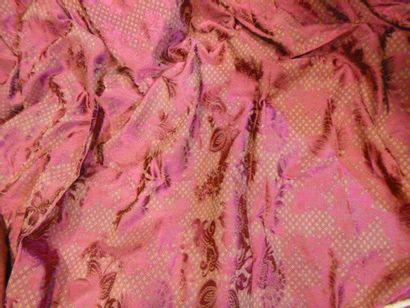 Brocatelle de style Louis XV. Soie rouge...