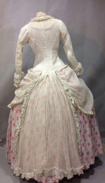 Deux beaux corsages de robes d'été ou de...