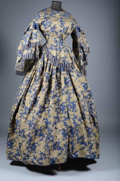 Somptueuse robe en soie façonnée, vers 1860....