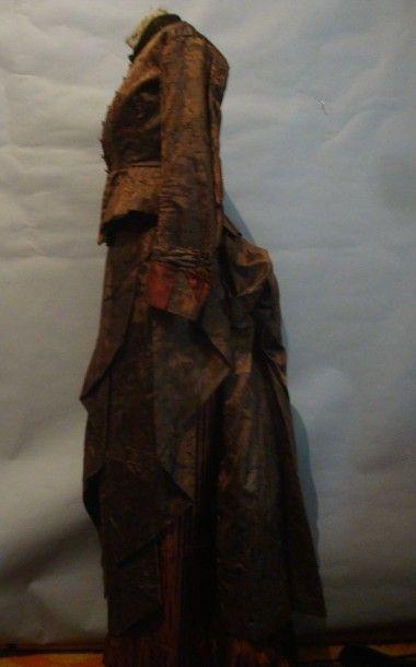 Robe de jour en soie façonnée, vers 1880....