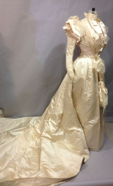 Robe de mariée, vers 1894. Corsage en satin...