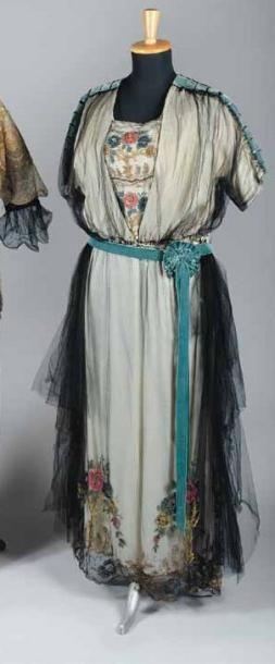 Robe du soir, anonyme, vers 1918. Soie crème...