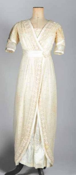 Robe de mariée entravée, vers 1910. Satin...