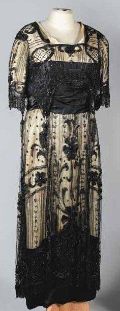 Robe du soir, anonyme, vers 1914. Satin ivoire...
