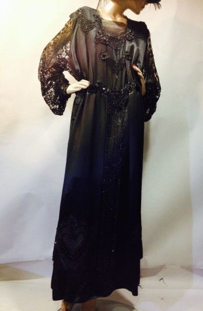 Robe habillée, vers 1920. Satin de soie noir,...