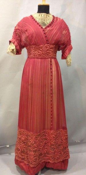 Robe de jour en mousseline rose, vers 1911....