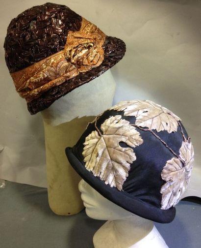 Deux petits chapeaux cloche, vers 1925. Paille...