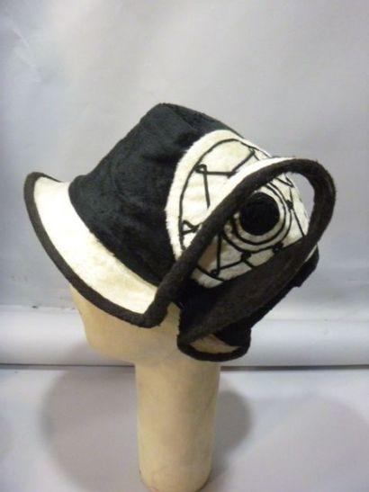 Cloche «cubiste» et petit chapeau «casque»,...