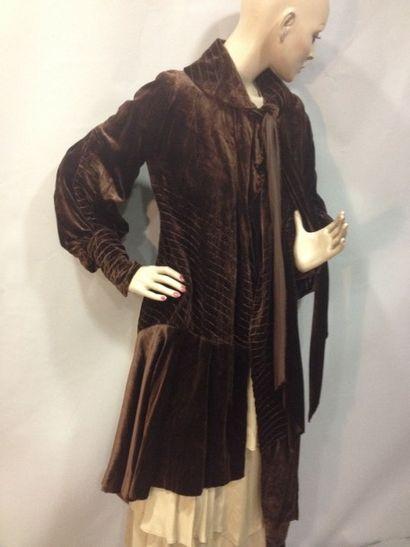 Manteau couture à ligne asymétrique, vers...
