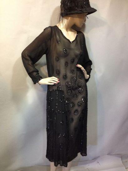 Robe de mousseline noire perlée, vers 1922....