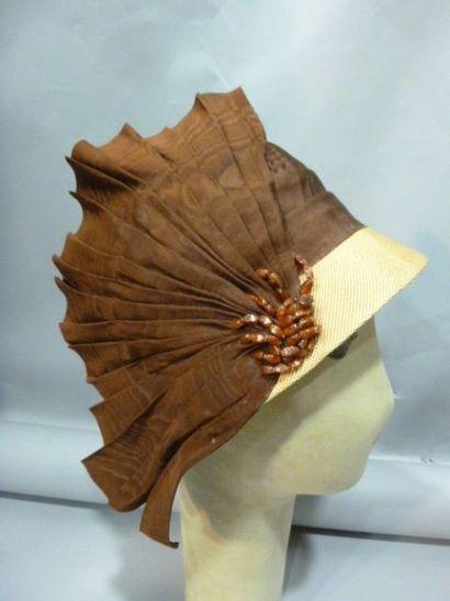 Beau chapeau Cloche «en éventail», vers 1925.Paille...
