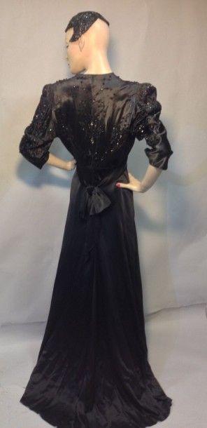 Robe du soir en satin perlé, vers 1940. Fourreau...