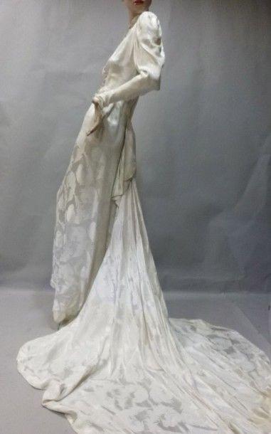 Robe de mariée en satin motif plumes d'autruche,...