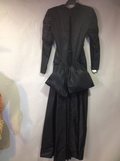 Robe du soir, anonyme, vers 1940. Epais taffetas...