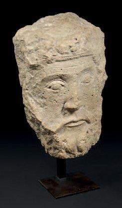 Rare tête en pierre calcaire sculptée. Elle...