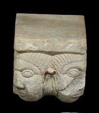 Rare Corbeau d'angle en granit sculpté. Décoré...