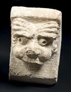 Tête de grotesque en pierre calcaire sculptée....