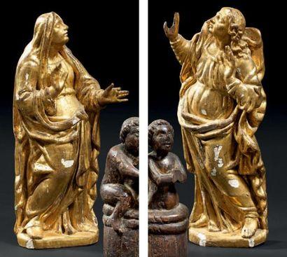 Deux bois d'appliques sculptés et dorés représentant...