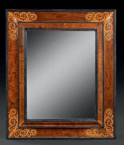 Miroir en bois de placage à décor marqueté...