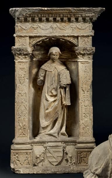 Bas-relief en pierre sculpté. Dans une niche...