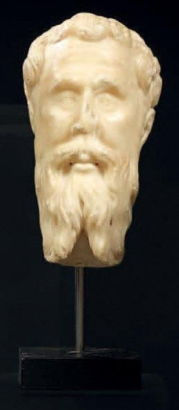 Tête d'homme barbu en albâtre sculpté. (Peut...