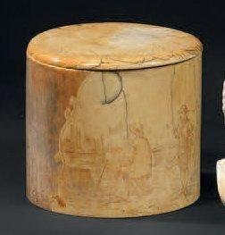 Boîte cylindrique en ivoire. Le couvercle...