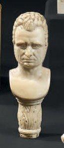 Pommeau en ivoire finement sculpté d'un buste...