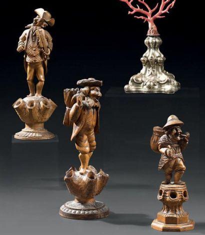 Trois figurines en bois naturel sculpté représentant...