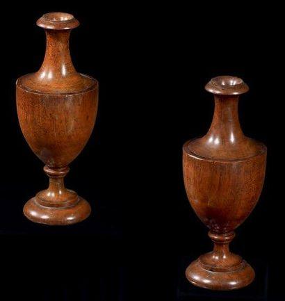 Paire de vases simulés en acajou formant...