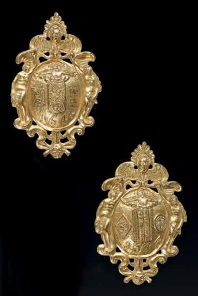 Paire de plaques ovales en bronze ciselé...