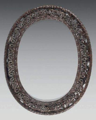 Cadre ovale en chêne repatiné sculpté et...