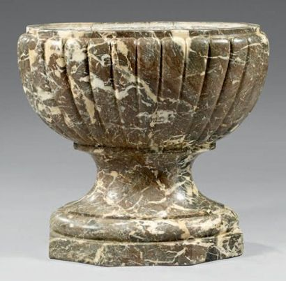Vasque en marbre gris veiné rouge des Ardennes...