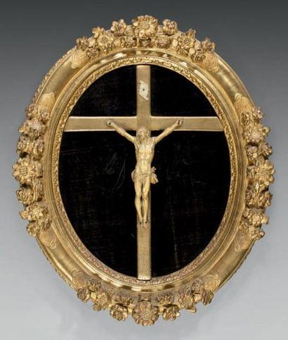 Christ en croix en ivoire finement sculpté,...
