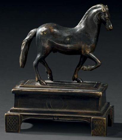 Petit cheval en bronze ciselé et patiné,...