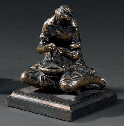 Statuette en bronze ciselé et patiné figurant...