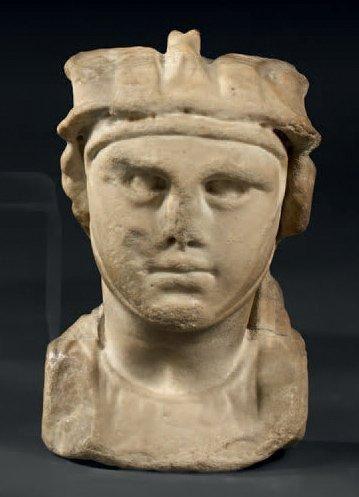 Tête romaine en marbre blanc figurant un...