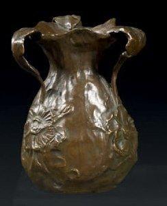 Vase en bronze ciselé et patiné, la panse...