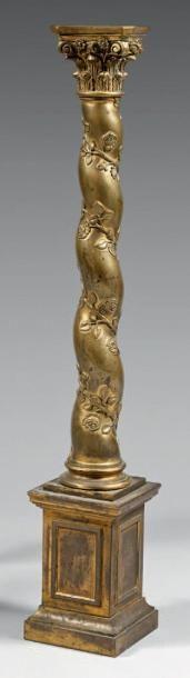 Colonne en bronze ciselé et doré. Le chapiteau...