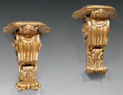 Paire de consoles d'applique en bois sculpté...