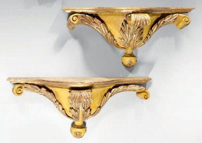 Paire de consoles en bois sculpté, partiellement...