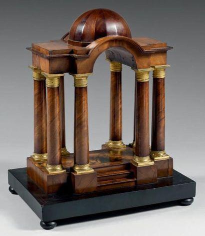 Temple miniature à toutes faces en acajou...
