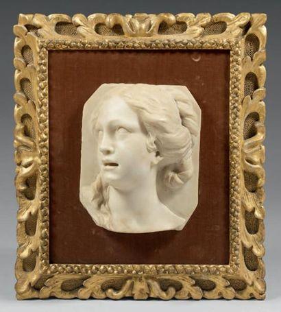 Bas-relief en marbre blanc sculpté représentant...