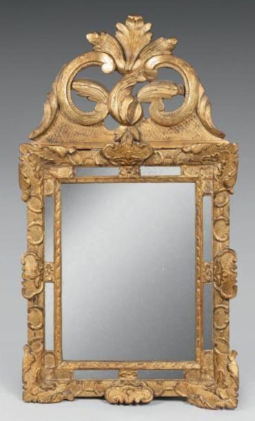 Glace à fronton en bois sculpté et doré....