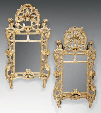 Paire de miroirs en bois sculpté ajouré et...