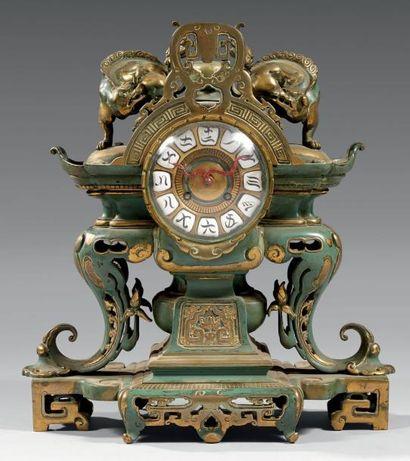 Pendule en bronze ciselé, laqué bleu ou partiellement...