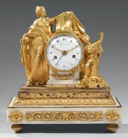 Pendule en bronze finement ciselé et doré,...